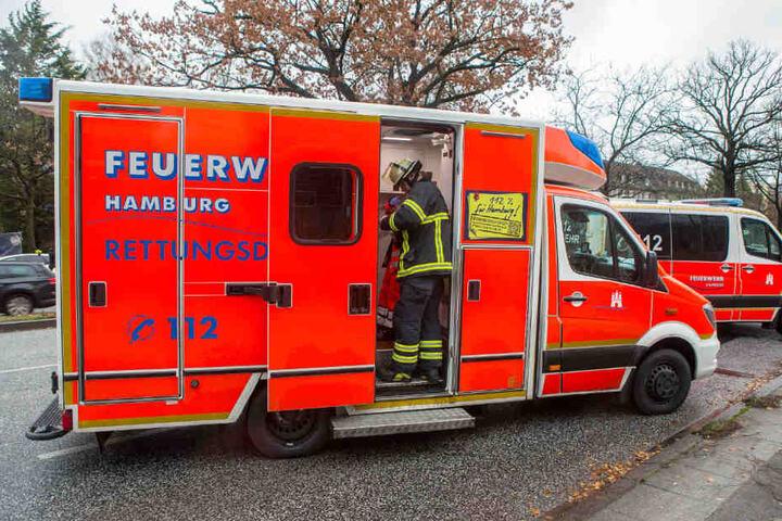 Der Fahrer wurde in einem Rettungswagen behandelt.