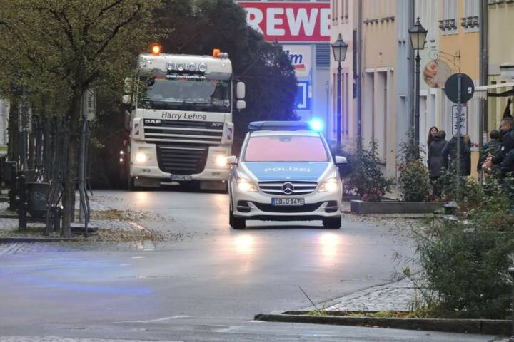 Die Anlieferung des Grimmaer Weihnachtsbaumes samt Polizei-Eskorte.