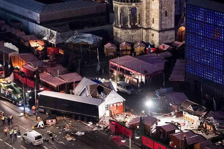 Eine Schneise der Verwüstung ist am 20.12.2016 auf dem Weihnachtsmarkt am Breitscheidplatz in Berlin zu sehen, nachdem der Attentäter Anis Amri mit einem Lastwagen über den Platz gerast war.