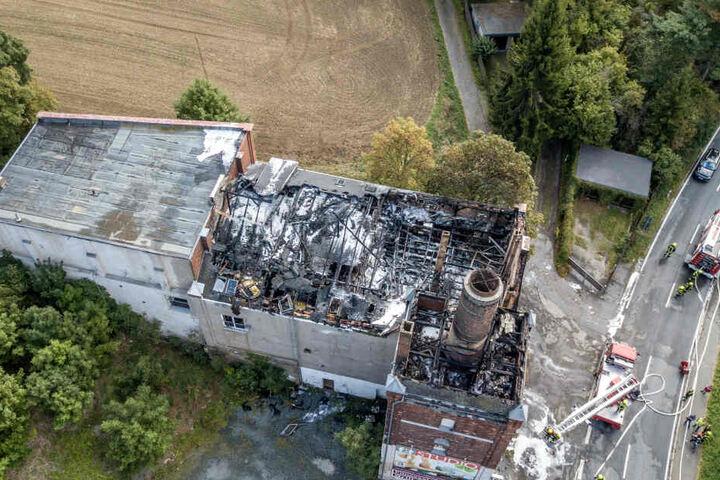 Der Dachstuhl des Gebäudes ist komplett abgebrannt.