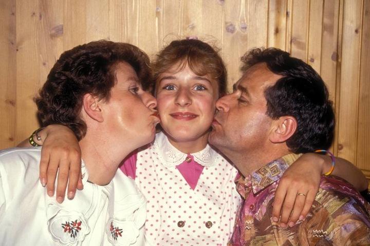 Stefanie mit ihren Eltern Elisabeth (†67) und Papa Eberhard (79) im Jahr 1992.