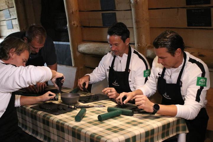 Sascha Franz, Dirk Schuster und Marc Hensel (v.l.n.r.) machen sich beim Drehen der Räucherkerzen auch mal die Hände schmutzig.