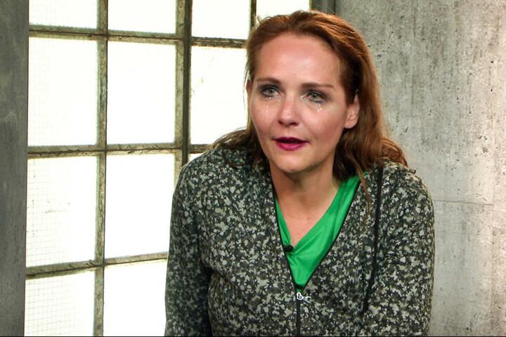 Später bricht Helena vor der Kamera in Tränen aus.