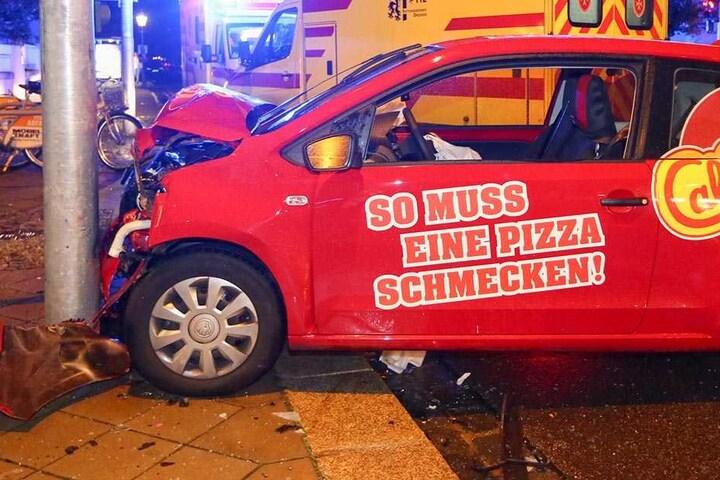 Das Fahrzeug des Pizza-Diensts hatte keine Chance auszuweichen.