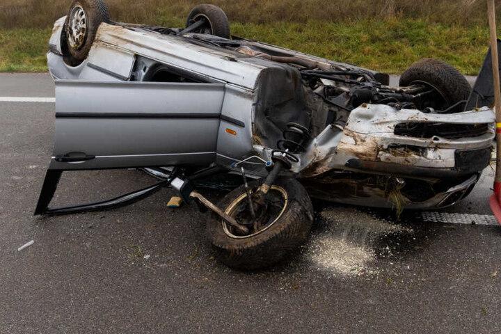 Der Unfallverursacher erlitt eine Platzwunde am Kopf. Er hatte sich mit dem Wagen überschlagen.