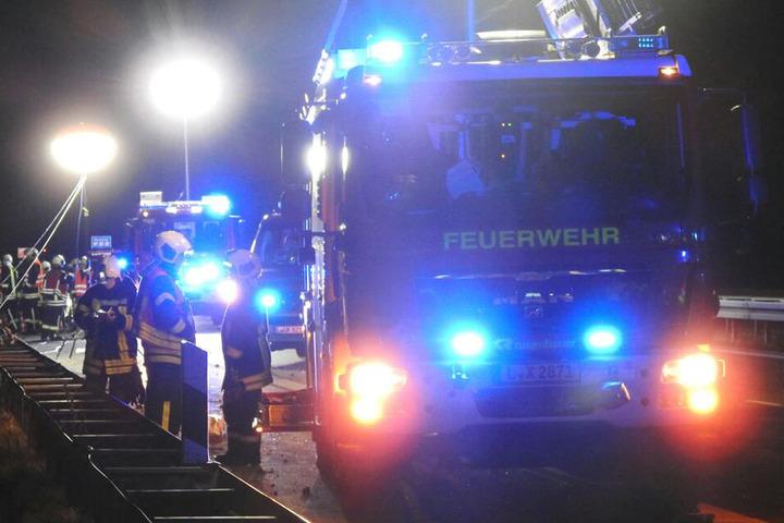 Die Feuerwehr musste am Sonntagabend die Unfallstelle beräumen.