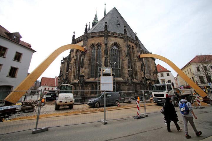 Zwei riesige Holzstützen stabilisieren die Pfeiler des Chorraums am Dom von Zwickau.