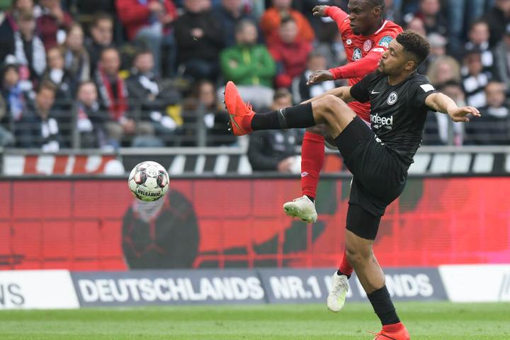 Der Frankfurter Simon Falette (27) könnte die Kölner Abwehr verstärken.