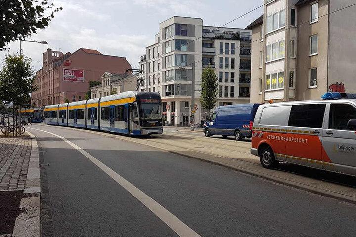 Hinter dem Unfallfahrzeug staute sich der Straßenbahnverkehr.
