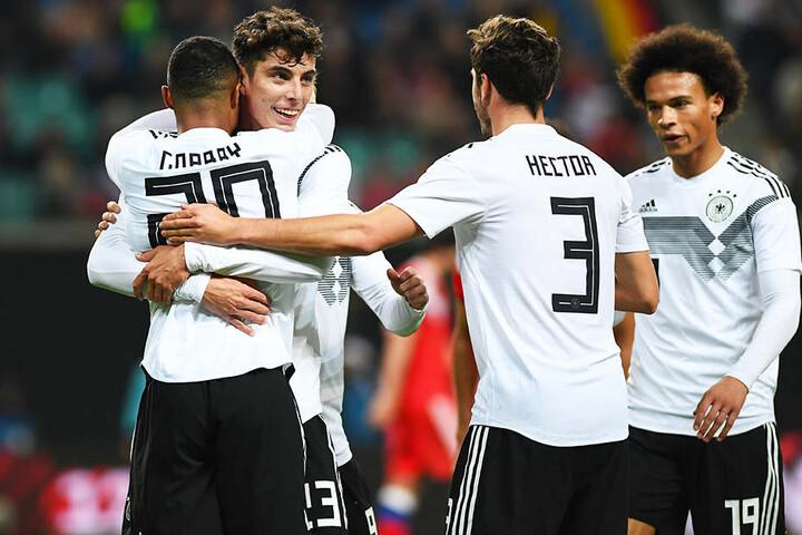 Deutschlands Serge Gnabry (l.), Kai Havertz (Zweiter von l.), Jonas Hector (Zweiter von r.) und Leroy Sané (r.) bejubeln das 3:0.