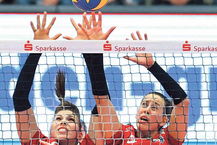 Sasa Planinsec (l.) und Maria Segura strecken sich gegen den Angriff von Wiesbadens Nathalie Lemmens.