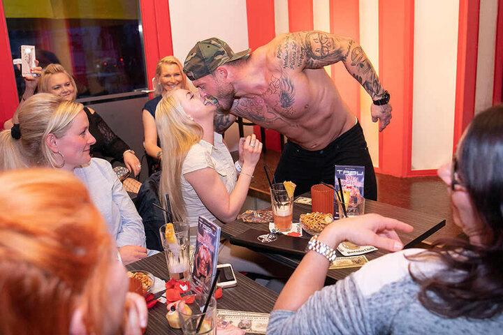 Zum Glück sind die Ehemänner daheim. Diese Blondine kommt dem Stripper sogar mit den Lippen ganz nah.