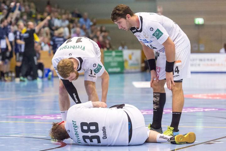 Arseniy Buschmann (links) und Gabriel de Santis (rechts) sorgen sich um den am Boden liegenden Quade.