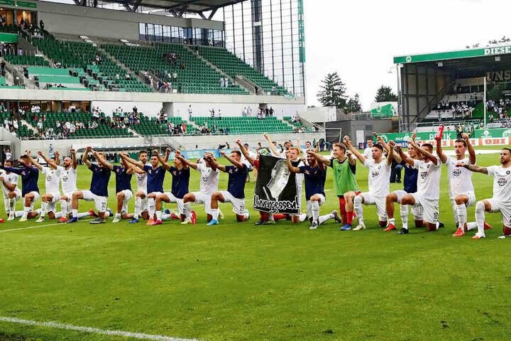 Die Hämmer nach dem Sieg in Fürth. Die Mannschaft feierte den ersten Auftaktsieg seit sechs Jahren ausgelassen mit den 3000 mitgereisten Fans.