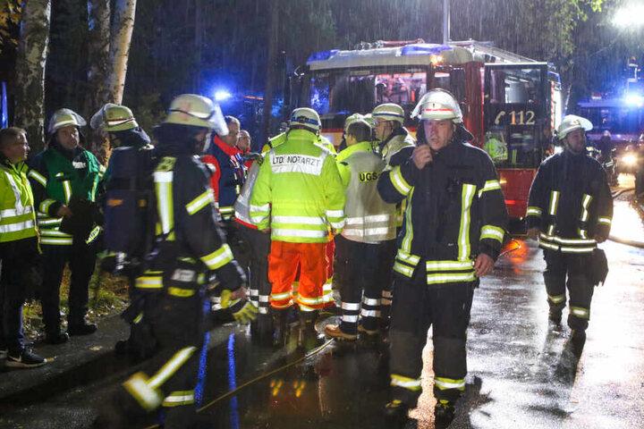 Die Einsatzkräfte mussten unter anderem einen Mann vom Dach des Hauses retten.