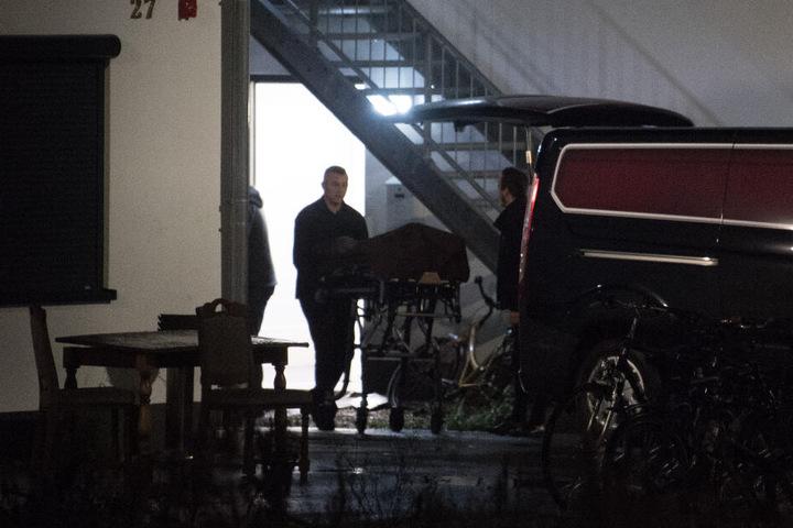 Bestatter transportieren aus einer städtischen Unterkunft in Sankt Augustin eine Leiche ab.