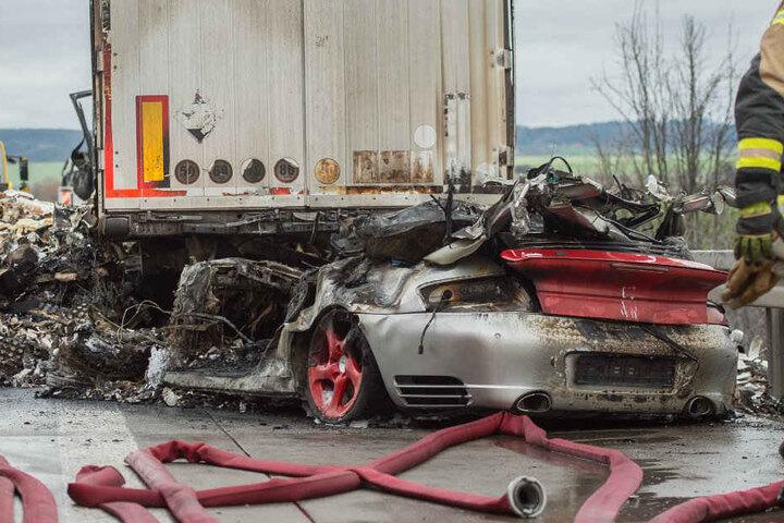 Ein Großteil des Porsches steckte unter dem Lkw. Der Fahrer hatte keine Chance.