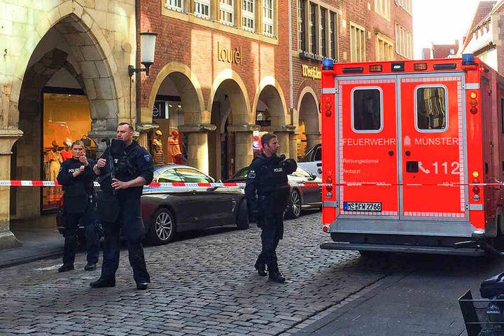 Fahrzeuge der Feuerwehr stehen in der Innenstadt von Münster.