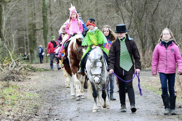 Es war ordentlich was los am Sonntag beim Kinderfasching auf der Hofewiese.  Besonders beliebt: Ponyreiten.