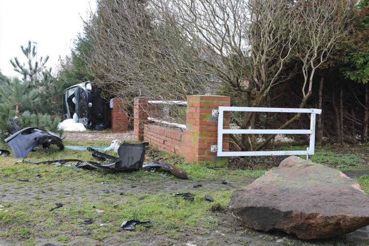 Vor dem Grundstück lagen neben Trümmerteilen auch der Stein.
