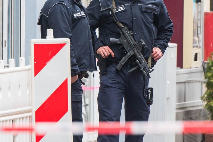 Die Polizei durchsuchte eine Wohnung in Bischofsheim, dort hielten sich die beiden Verdächtigten auf.