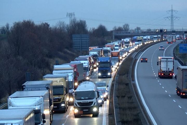 Für knapp drei Stunden musste die Autobahn 14 bei Schönebeck gesperrt werden.