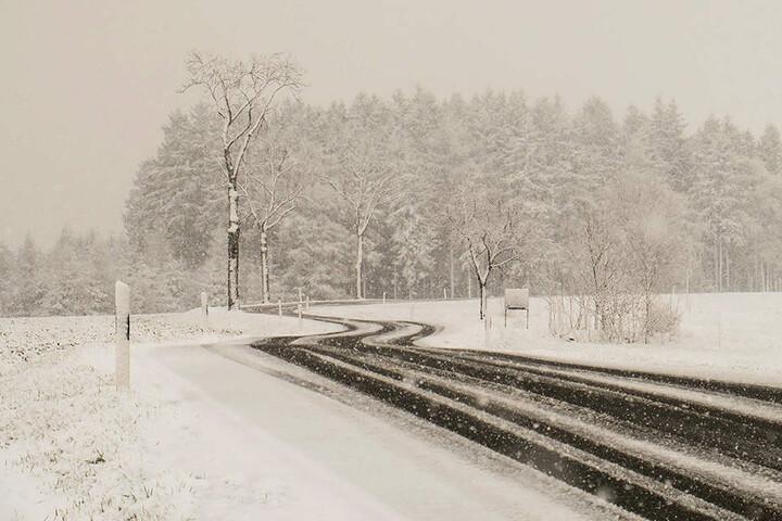 Schnee und überfrierende Nässe sorgen für schlechte Straßenverhältnisse.