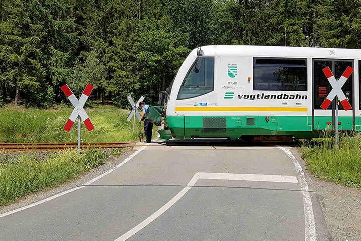 Bei Treuen ist ein Laster mit einem Zug der Vogtlandbahn kollidiert.