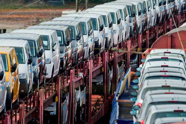 Kleintransporter von Volkswagen stehen zur Auslieferung auf einem Rangierbahnhof bereit. Der VW-Konzern hat die Manipulation der Abgas-Software bereits eingeräumt.