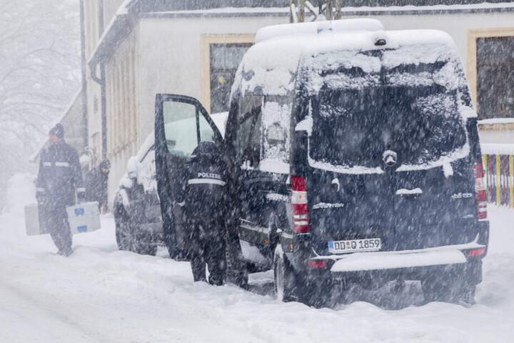 Kripo im Einsatz: Polizisten sicherten am Tatort Spuren und befragten Bewohner.