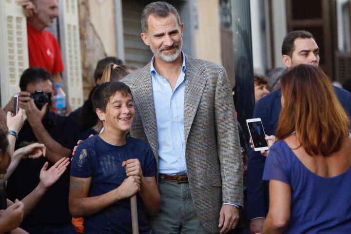 König Felipe VI. von Spanien besucht Menschen in Sant Llorenc.