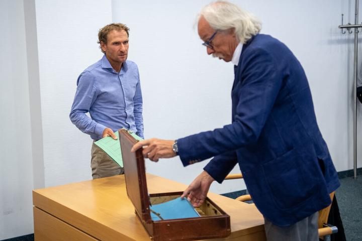 Andreas Stitzl (l), ehemaliger Assistenz-Trainer der deutschen Biathlon-Nationalmannschaft, steht vor Beginn seiner Verhandlungen um seine Waffenbesitzkarte mit seinem Anwalt Claus Huber Wilhelm im Verhandlungssaal.