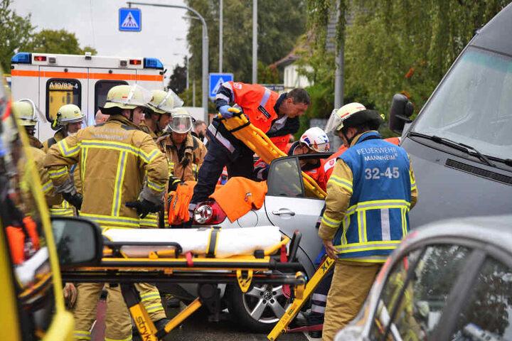 Nachdem Einsatzkräfte das Dach abtrennten, kommen sie an die verletzte Beifahrerin.