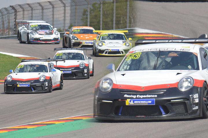 Fassbender rast im Porsche mit der Nummer 93 über den Sachsenring.