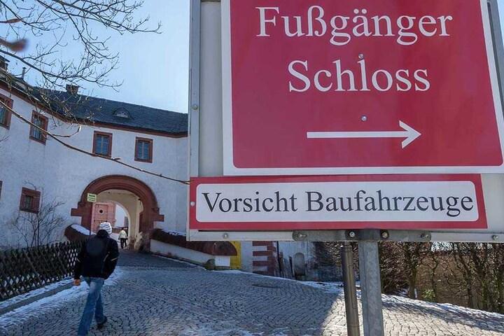 Die Brücke von Schloss Augustusburg wird für 900000 Euro saniert. Eine Umleitung für Fußgänger ist ausgeschildert.