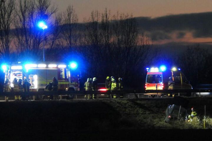 Die Einsatzkräfte leiteten den Verkehr in Richtung Leipzig an der Unfallstelle vorbei.