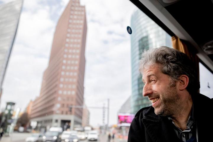Boris Palmer fährt bei einer Berlin-Tour über den Potsdamer Platz.