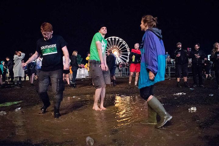 Regenschauer und Matsch konnten den Feiernden am Freitagabend nicht die Laune verderben.