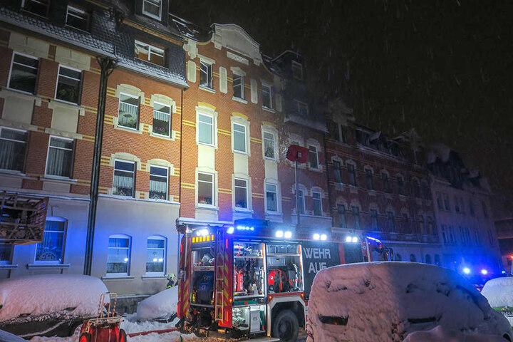 Die Feuerwehr Aue löschte den Wohnungsbrand in der Lindenstraße.