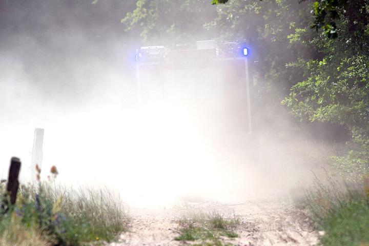 Ein Feuerwehrfahrzeug auf dem Weg zum Unfallort.