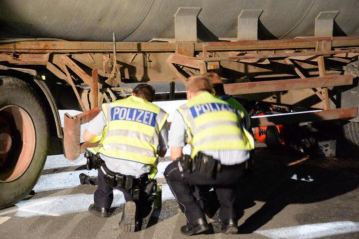 Polizisten untersuchen den Anhänger des Treckers.