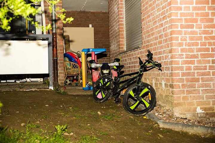 Das Spielzeug im Garten lässt vermuten: Die Kinder müssen noch recht jung gewesen sein. Foto: www.christian-mathiesen.de