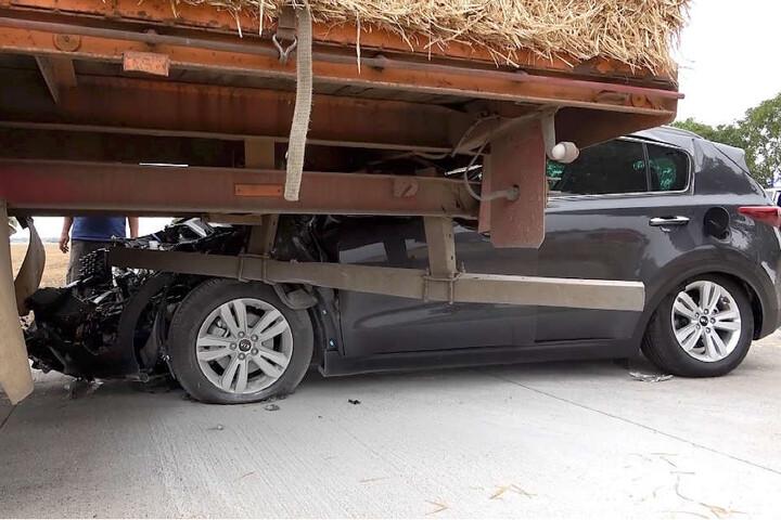 Wie durch ein Wunder wurden die Insassen des Unfallwagens kaum verletzt.