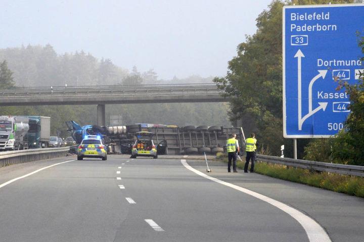 Kurz vor der Ausfahrt in Richtung Kassel und Dortmund kippt der Sattelschlepper um.