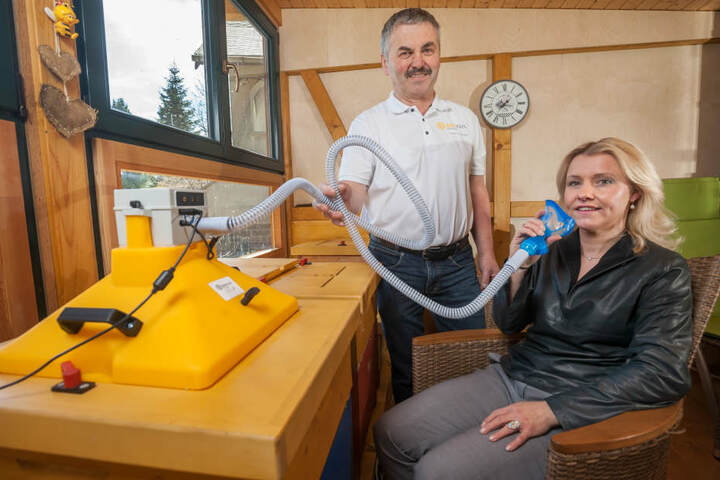 Kurgäste in der Rehaklinik Thermalbad Wiesenbad inhalieren in 30-minütigen Sitzungen die Luft aus dem Bienenstock.