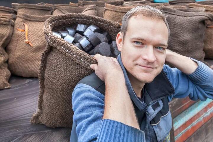 Brennstoffhändler Markus Walther (30) schleppt manchmal bis zu fünf Tonnen  Kohle am Tag auf seinem Rücken