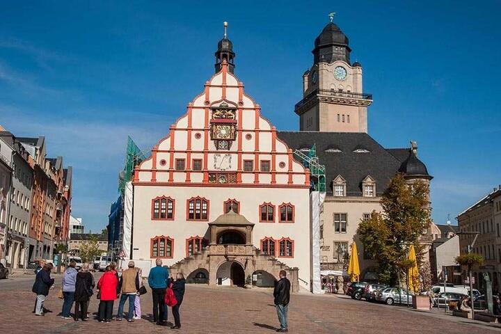 Das Alte Plauener Rathaus, 1382 erstmals erwähnt, mit der legendären Rathausuhr, ist das Wahrzeichen der Stadt.