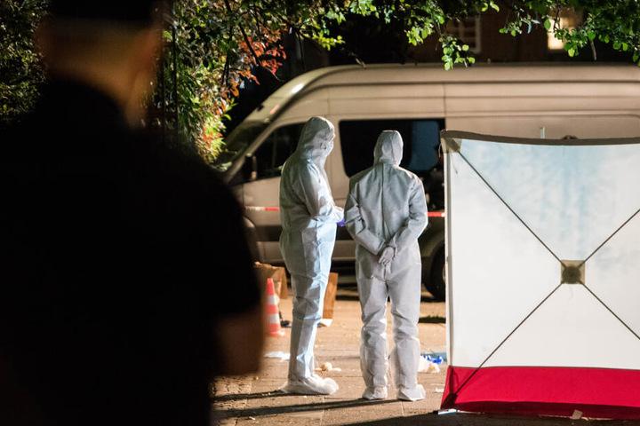 Polizisten untersuchen nach dem Mord den Tatort. (Archivbild)