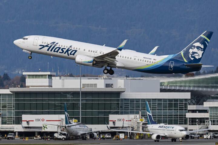 Ein Flugzeug von Alaska Airlines.