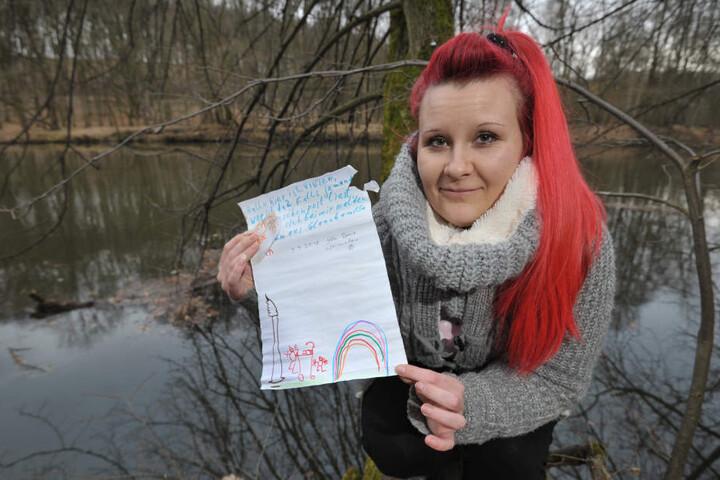 In Penig fischte Olivia Semper (27) die Flaschenpost aus der Mulde.